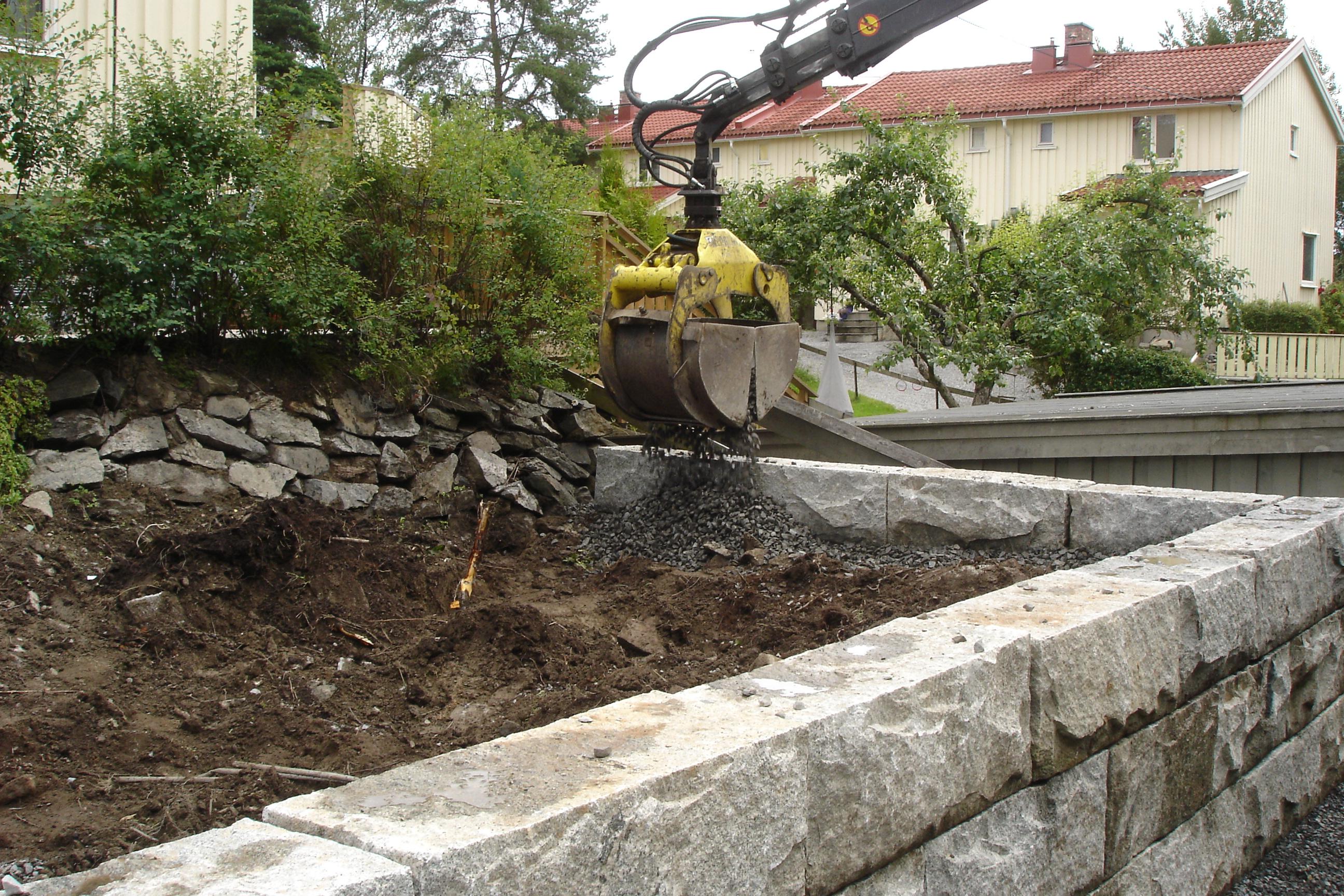 Bygging av granittmur og grabbing av pukk